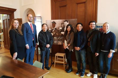 Directeur Van Houten Azië bezoekt Museum Weesp
