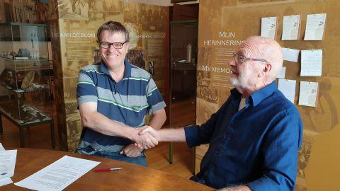 Handdruk na ondertekening sponsorcontract